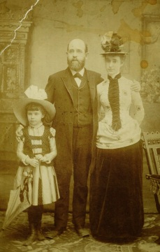 Henry George with Anna (left) and Jennie (right), 1886